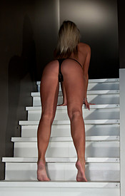 Kendra Rain On The Stairs In A Dress Showing Off That Juicy Booty - Picture 14