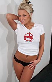 Kendra Rain Posing In One Of Her Favorite Sites T Shirts In Short Jean Shorts - Picture 4