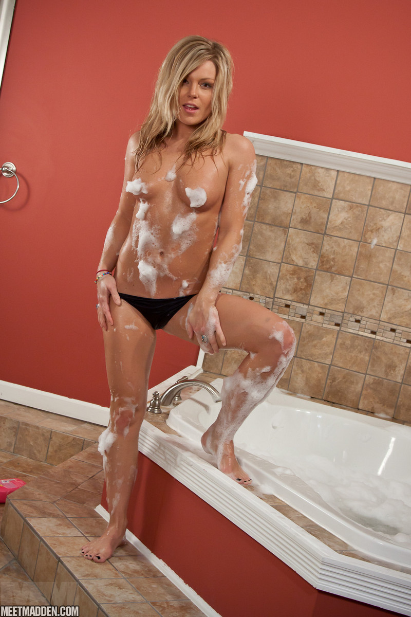 Rub A Dub Dub, A Sexy Blondie In The Tub - Picture 12