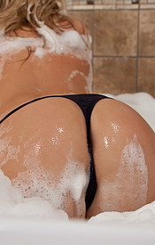 Rub A Dub Dub, A Sexy Blondie In The Tub - Picture 10