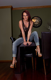 Nikki Sims Tight Jeans No Bra Under Her Tank - Picture 1