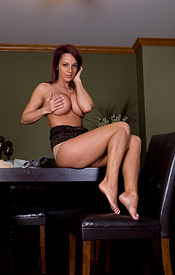 Nikki Sims Tight Jeans No Bra Under Her Tank - Picture 12