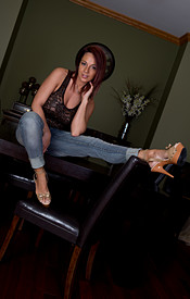 Nikki Sims Tight Jeans No Bra Under Her Tank - Picture 2