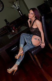 Nikki Sims Tight Jeans No Bra Under Her Tank - Picture 5