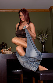 Nikki Sims Tight Jeans No Bra Under Her Tank - Picture 7